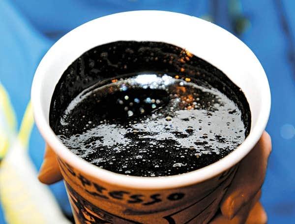 Du café? Non, du pétrole albertain extrait des sables bitumineux.