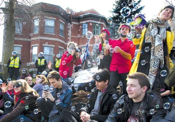 Récente manifestation festive devant la résidence du premier ministre Jean Charest à Westmount