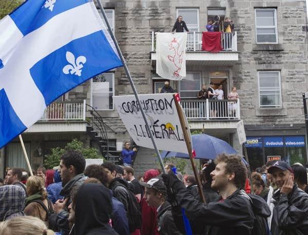 «Armés» de parapluies, de casseroles, de banderoles et de pancartes, les étudiants et ceux qui les appuient marchaient aujourd'hui dans les rues de Montréal dans la manifestation familiale organisée par la CLASSE.