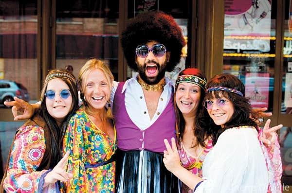 Au spectacle L'expérience Woodstock, la moitié des spectateurs - ex-hippies et jeunes nostalgiques - arrivent déguisés, prêts à danser.