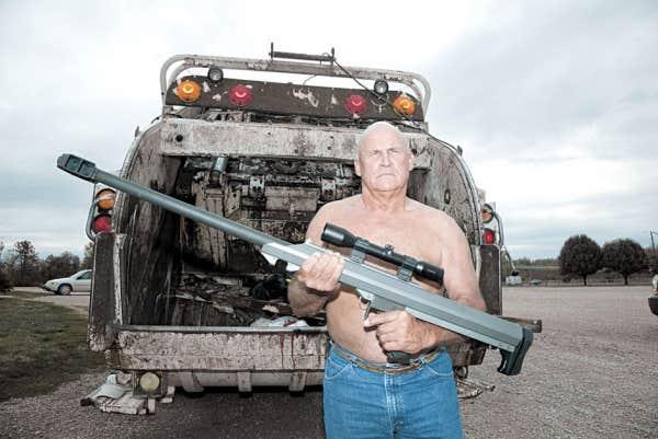 Le photographe Ben Philippi explique qu'avec ce projet il souhaitait comprendre la popularité des armes à feu aux États-Unis, qu'il associe à la puissance du militaire.