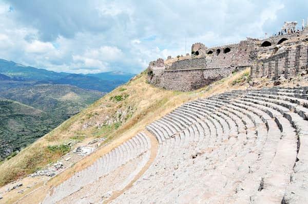 D'une capacité de 10000 places, le théâtre de Pergame est unique en son genre puisqu'il fut construit en hauteur, à flanc de colline, pour profiter de la vue sur la vallée environnante.