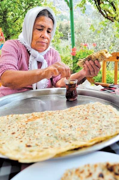 Sur la modeste terrasse de Mamma, à Kabak, on peut déguster le çay et des gözleme fraîches, cuites sur le poêle d'à-côté, avant de descendre vers la plagedéserte.
