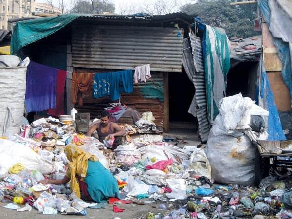 Un microbidonville musulman de recycleurs de papier, installé dans le cimetière d'une mosquée, à Delhi. La ville compte 350 000 éboueurs et recycleurs, dont 40 000 sont des enfants.