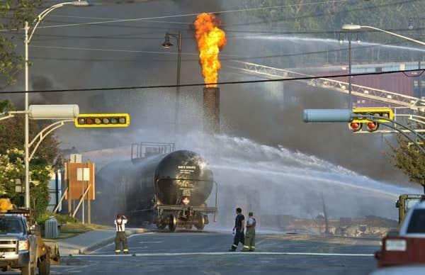 Cent-cinquante pompiers ont maîtrisé la progression de l'incendie, mais avaient toujours maille à partir samedi aprè-midi avec cinq des soixante-treize wagons remplis de pétrole brut.