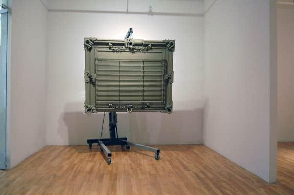 Maskull Lasserre:Grand Narrative,2013,acier, treuil électrique et pile, accessoires dequincaillerie, peinture,150 x 124 x 25 cm