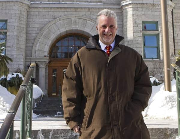 Philippe Couillard quittant l'hôtel de ville de Québec, mardi, après avoir rencontré le maire Régis Labeaume.