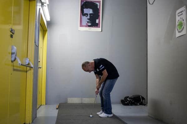 Michel Charbonneau a installé un jeu de mini-golf dans le corridor