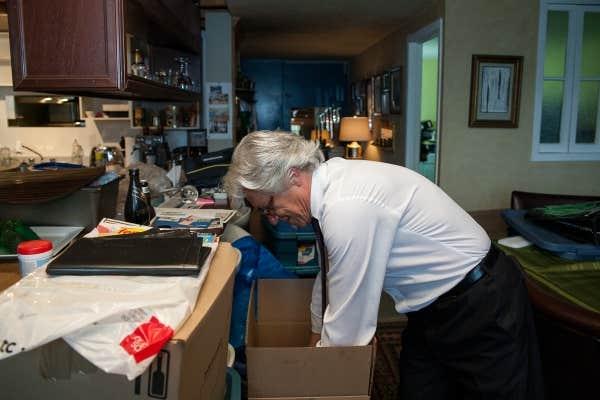 Tasso Klaudiano fait ses boîtes en vue de son déménagement.