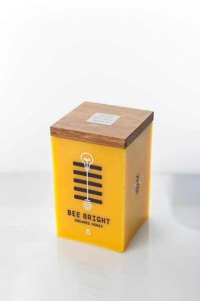Bee Bright de Maude Paquette-Boulva (UQAM) est un pot de miel en cire d'abeille qui se transforme en chandelier une fois son contenu avalé.