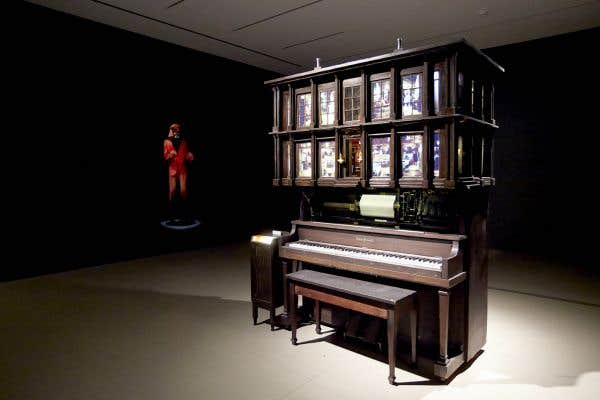 Vue de l'installation Player Piano Waltz (2013), à l'Art Gallery of Hamilton.