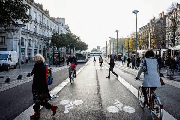 Sur un tronçon d'environ un kilomètre, au centre-ville nantais, le boulevard Cours des 50 otages se transforme en une rue quasi piétonne, au milieu de laquelle trône une piste cyclable. La majorité des rues de la ville ont vu leur vitesse limitée à 30km/heure.