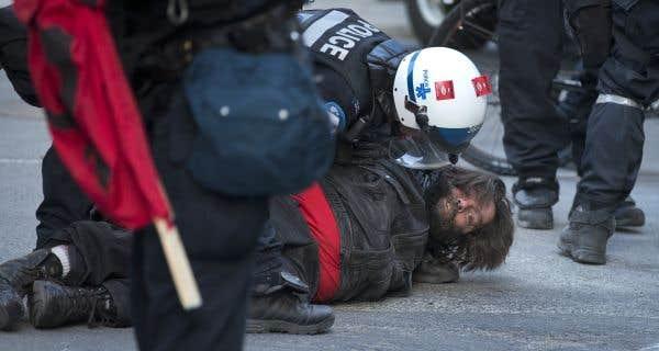 Les policiers interviennent à grands coups de gaz lacrymogènes