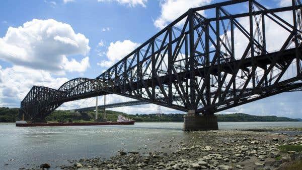Le NPD veut légiférer pour obliger le CN à peindre le pont de Québec