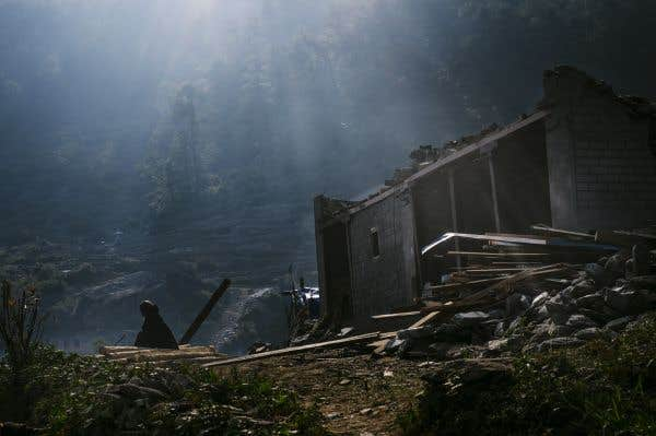 Les bras manquent et les ONG ont du mal à atteindre l'épicentre du séisme, le village de Barpak.