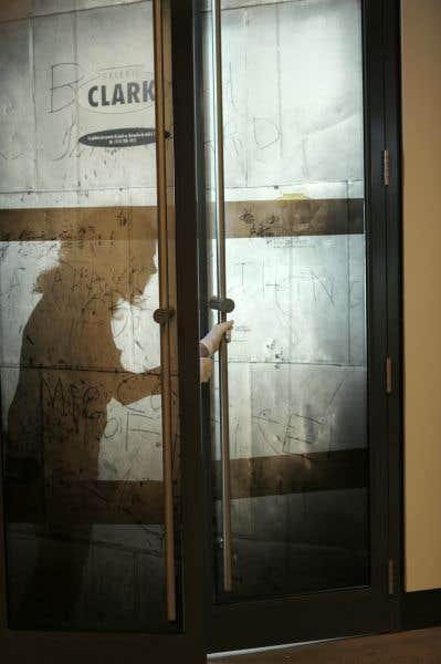 Au rendez-vous : leurres et trompe-l'oeil, visibles même de l'extérieur de la galerie.