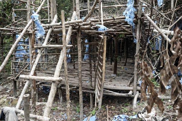Des barbelés et des restes humains découverts dans les camps malaisiens