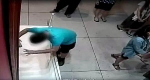 Un garçon déchire accidentellement une toile du XVIIesiècle