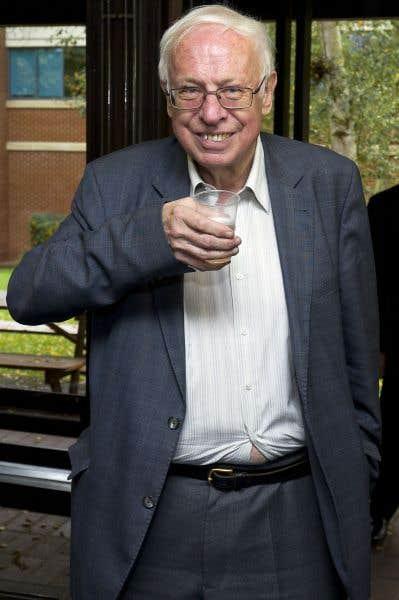 Tomas Lindahl trinque à son prix Nobel de chimie  avec une coupe de champagne en plastique
