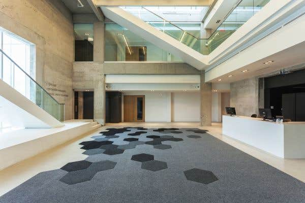 Le Musée d'art de Joliette a réussi sa métamorphose architecturale. Bunker hier, l'édifice est aujourd'hui réorganisé. Ici, le nouveau hall.
