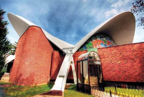 L'exposition Montréal moderne n'a pas oublié les caisses populaires et les églises futuristes de Montréal, comme Notre-Dame de Pompéi, rue Sauvé.
