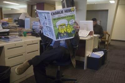 Pendant que les écrivains travaillent... les journalistes lisent le journal!