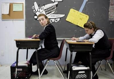 À quelques exceptions près, le campus des filles, qui accueille des filles de la maternelle à la cinquième secondaire, respecte le cadre légal de la loi sur l'enseignement privé.