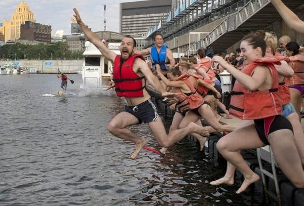 Des dizaines de Montréalais ont envahi les eaux du Vieux-Port, afin de contribuer, à leur façon, à la réappropriation du fleuve Saint-Laurent par ses résidants.