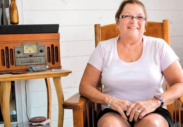 Carmen Bombardier est la fille du violonneux Louis Beaudoin. Elle vit toujours à Burlington, tout près du quartier Lakeside, où vivait une importante communauté francophone travaillant à l'usine de coton voisine