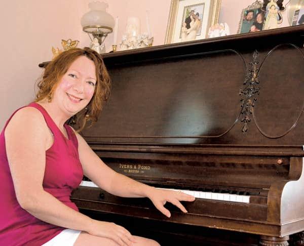 Michèle Choinière écrit des chansons et chante des airs traditionnels en français.