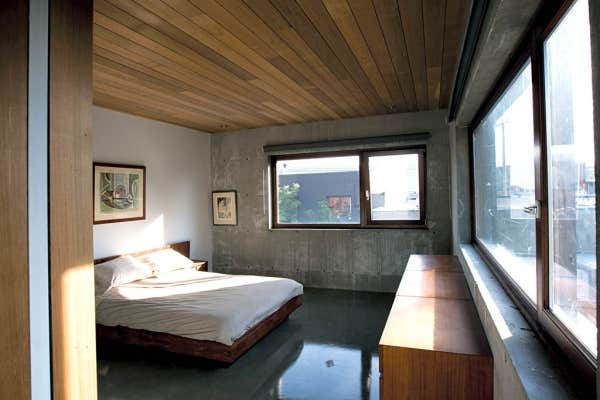 La chambre ouverte sur deux côtés offre le spectacle des toitures en pagaille du quartier.