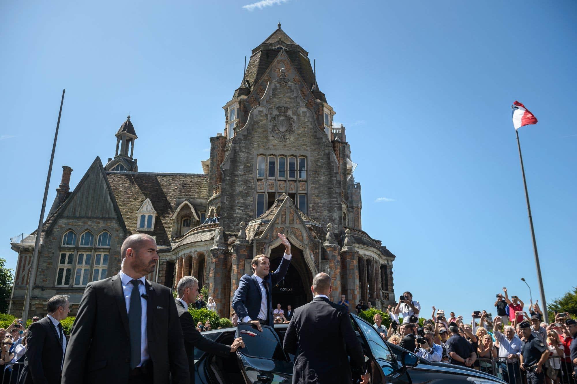 Le président de France, Emmanuel Macron, après avoir déposé son vote dimanche. M. Macron était en en route vers une majorité lors du premier tour des élections législatives françaises lundi. Avec 34 % des voix, il pourrait faire élire entre 390 et 430 députés sur 577 à l'Assemblée nationale.