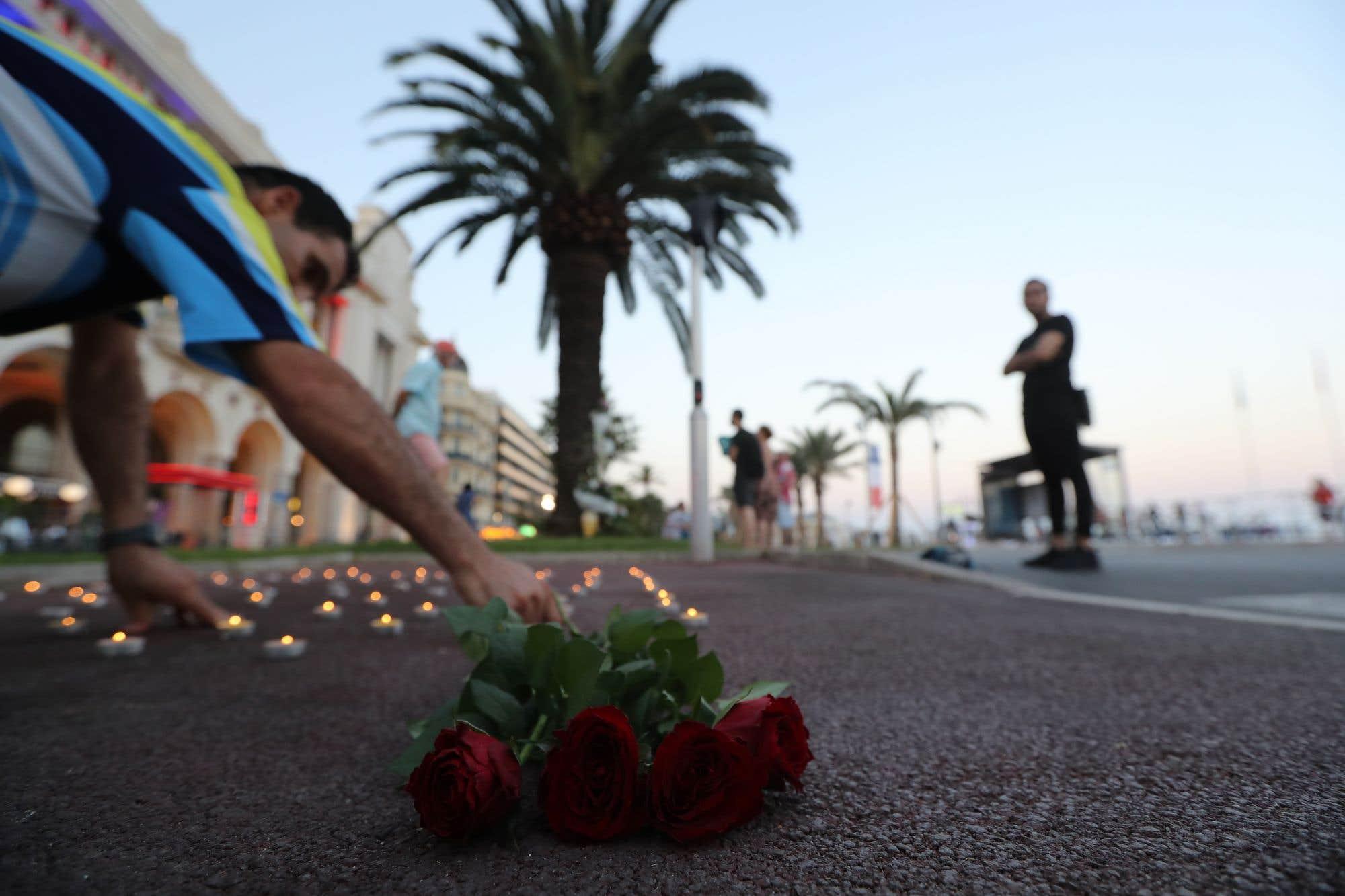 Des roses et des lampions commémorent l'attentat de Nice sur la promenade des Anglais. Il y a un an, un camion avait foncé sur la foule amassée sur la promenade pour la fête nationale française. L'attentat, revendiqué par le groupe armé État Islamique, avait fait 86 morts. Consultez notre texte sur le sujet