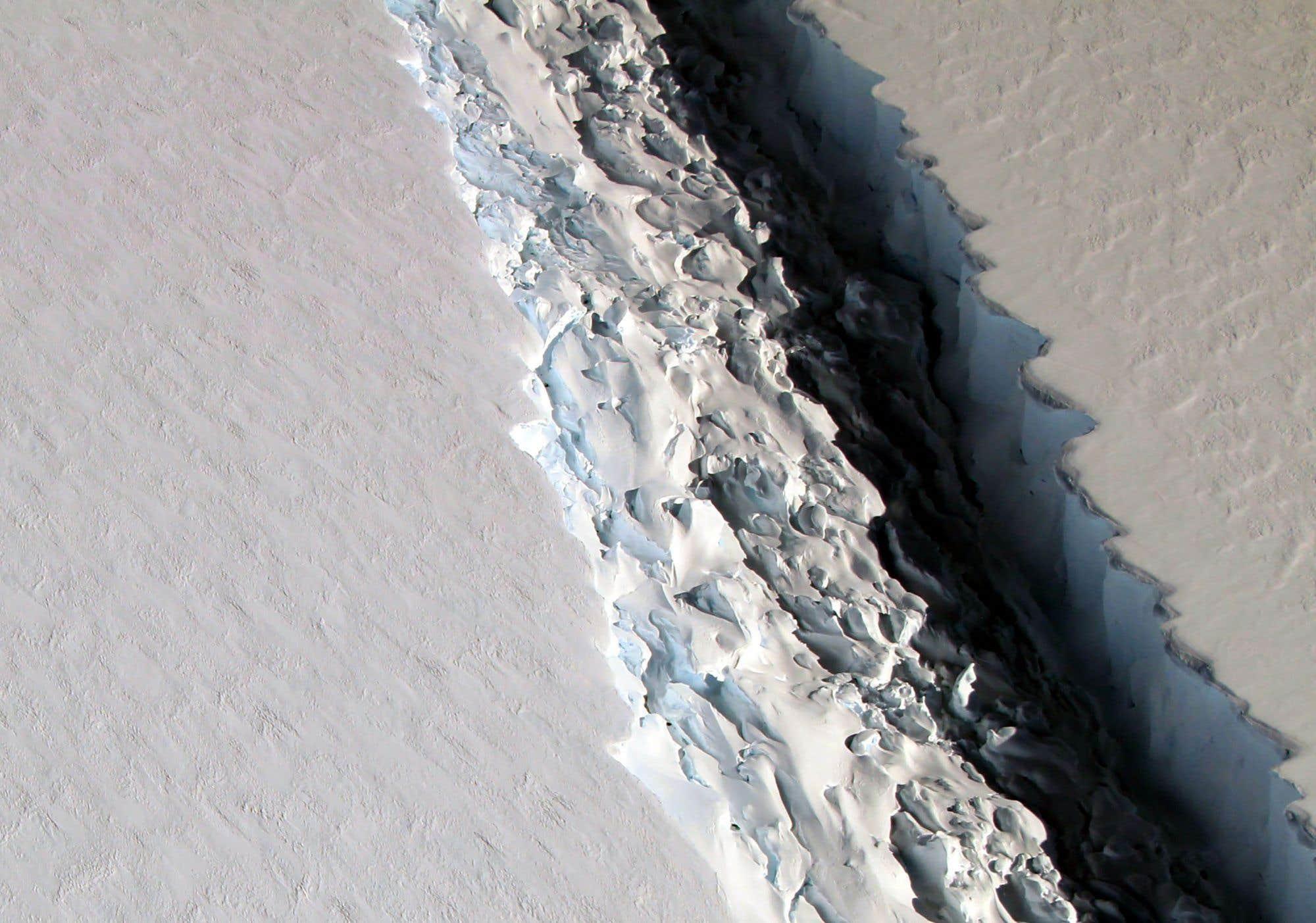 Un iceberg géant s'est détaché de l'Antarctique mardi. D'une dimension de 5 800 km2, soit onze fois la taille de l'île de Montréal, l'iceberg A68 faisait partie de la barrière de glace Larsen C. Ce nouvel épisode s'ajoute à une série de désintégrations des barrières de glace nommées «Larsen» au cours des 20 dernières années: Larsen A s'est effondrée en 1995, suivie en 2002 par Larsen B. Consultez notre texte sur le sujet
