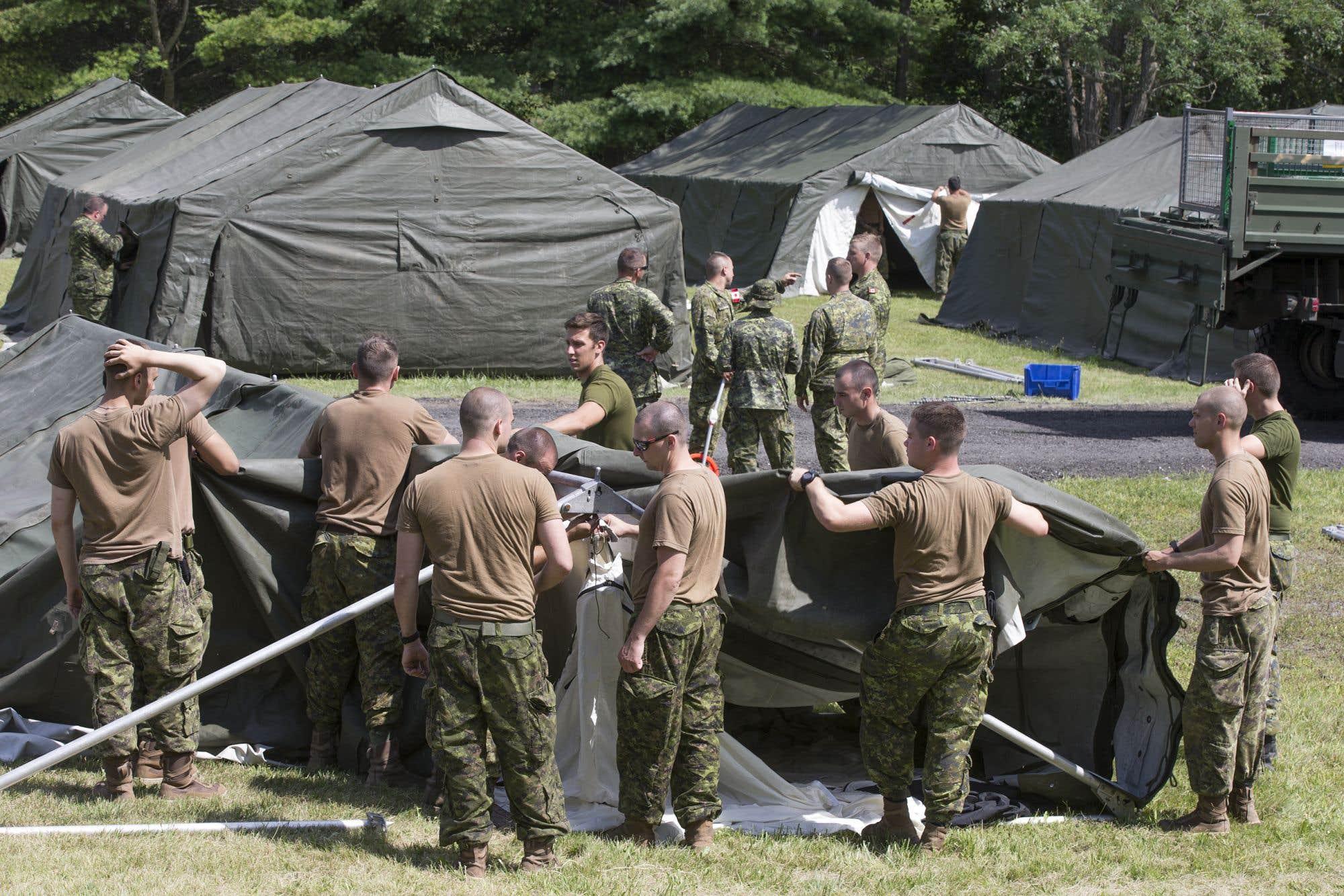 """Les Forces armées canadiennes ont érigé mercredi une centaine de tentes tout près de la frontière avec les États-Unis pour loger des demandeurs d'asile. Mais avec les délais qui s'allongent et la désinformation rampante, un grand nombre de demandeurs d'asile à la frontière canado-américaine se voient désillusionnés. «On dit aux gens """"Si vous allez au Canada, vous aurez un logement, un chèque."""" Plusieurs n'ont pas eu l'heure juste sur leur entrée au Canada», relate Raymond Laurent, Haïtien d'origine et animateur de radio depuis 29 ans à Montréal. Consultez notre texte sur le sujet"""