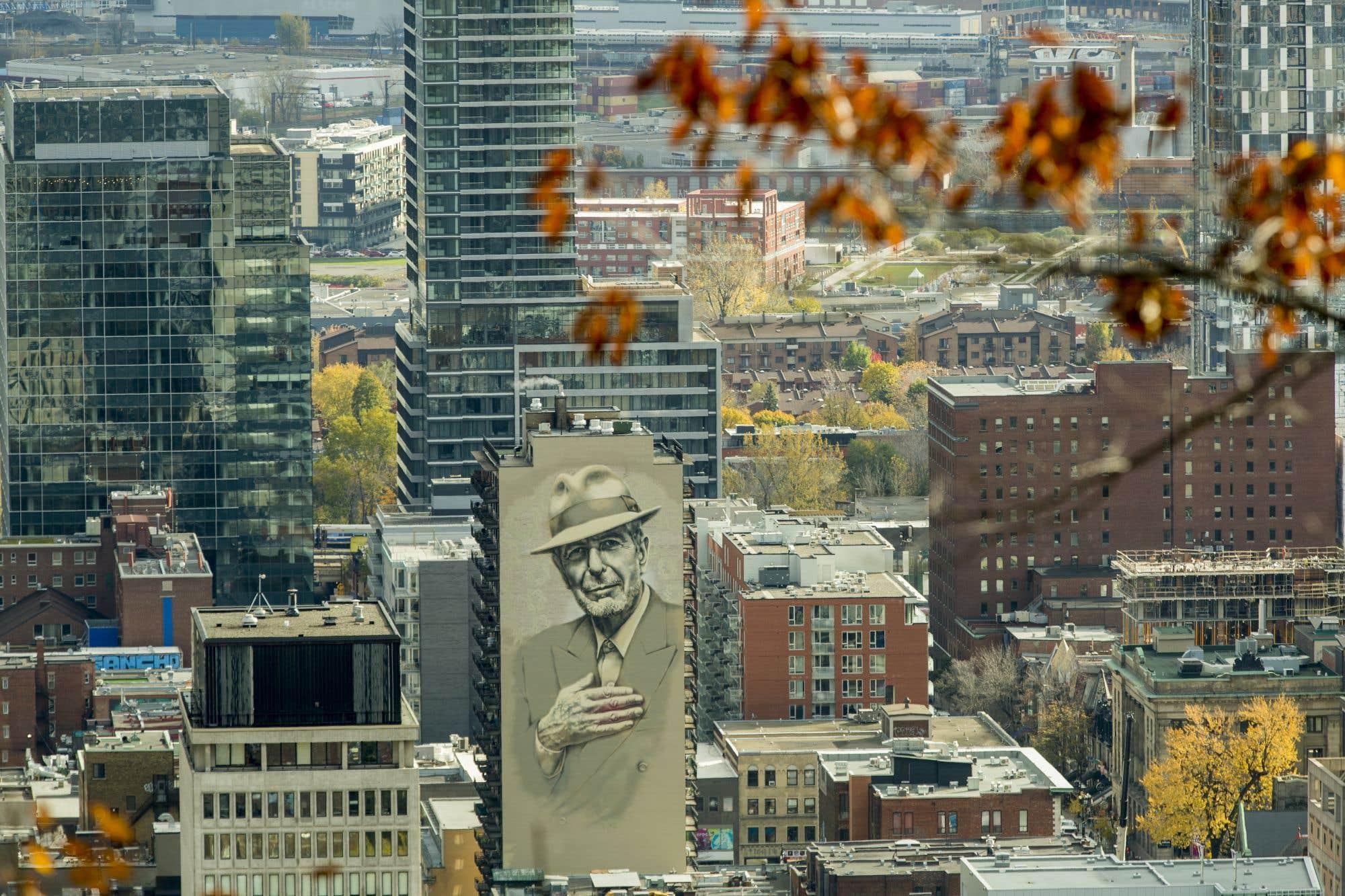 L'image de Leonard Cohen, décédé le 7 novembre 2016, scrute désormais Montréal du haut de la murale de 10 000 pieds carrés qu'un duo d'artistes, El Mac et Gene Pendon, accompagné de treize autres, parrainés par l'organisme Mu, a peinte à sa mémoire.