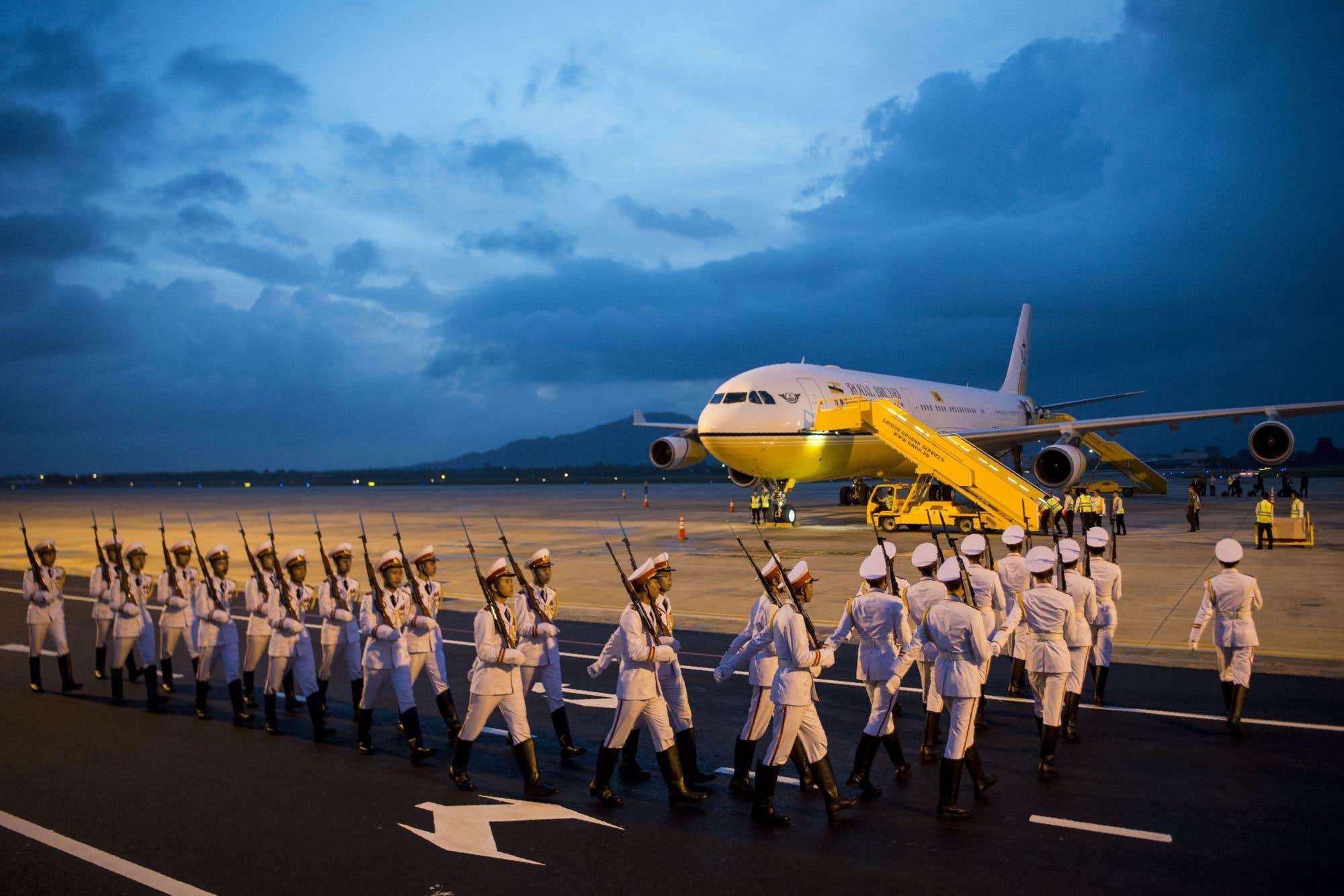 Des membres de la garde d'honneur vietnamienne défilent lors de l'arrivée des dirigeants à l'aéroport international en vue de la réunion des dirigeants de la Coopération économique Asie-Pacifique (APEC) dans la ville de Danang, au centre du Vietnam.