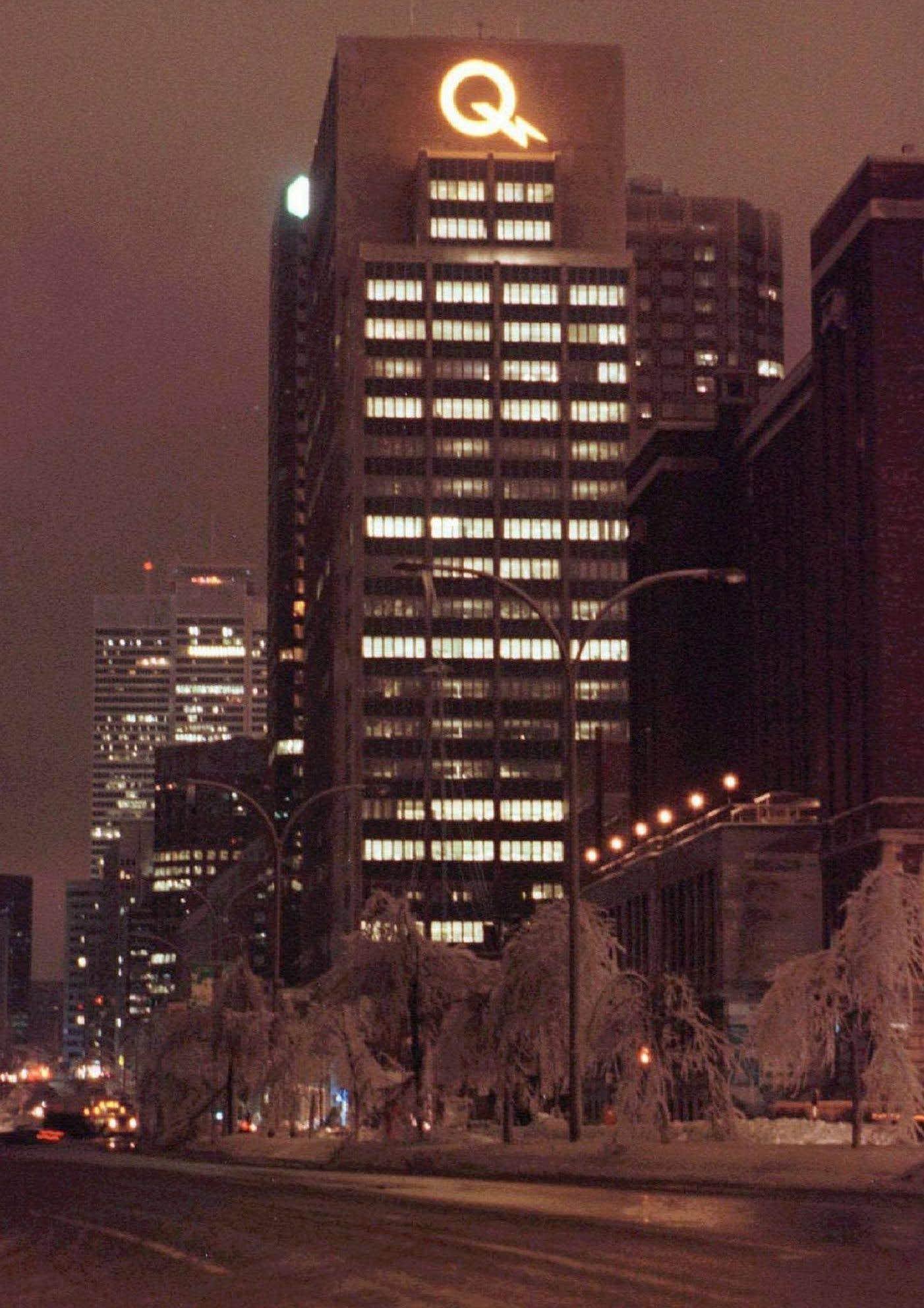 Le logo d'Hydro-Québec illumine le centre-ville de Montréal, plongé dans le noir à la suite de la tempête de verglas. Au plus fort de la crise, 1,4 million de clients d'Hydro-Québec se sont retrouvés sans électricité.