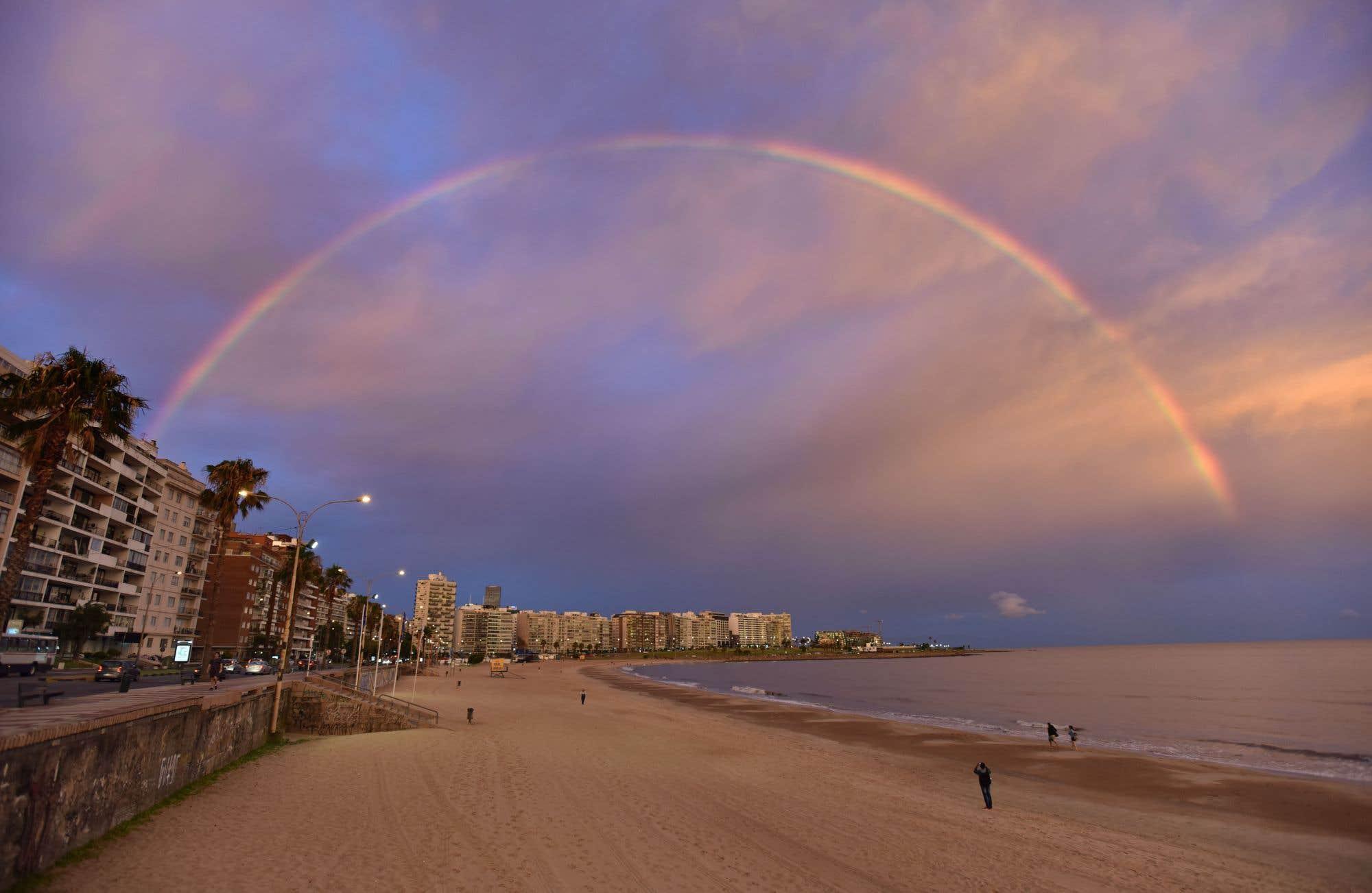 Arc-en-ciel au coucher du soleil sur la plage de Pocitos, à Montevideo