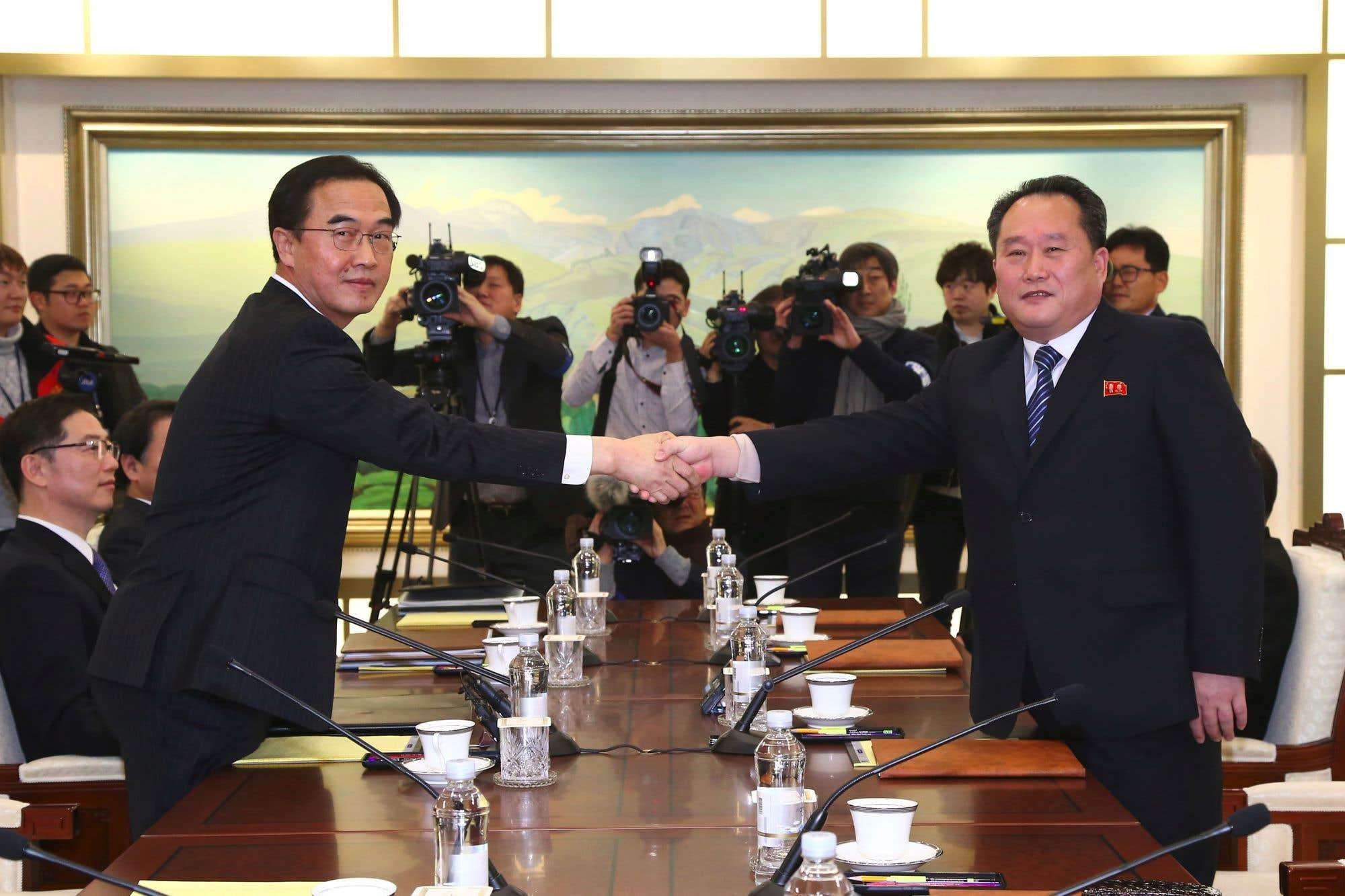 Cho Myung-gyun, ministre de l'Unification de la Corée du Sud, serre la main du chef de la délégation nord-coréenne, Ri Son-gwon. Les deux Corées ont entamé leurs premières discussions officielles en plus de deux ans, en se concentrant sur les prochains Jeux olympiques d'hiver après des mois de tensions au sujet du programme d'armement nucléaire de Pyongyang.