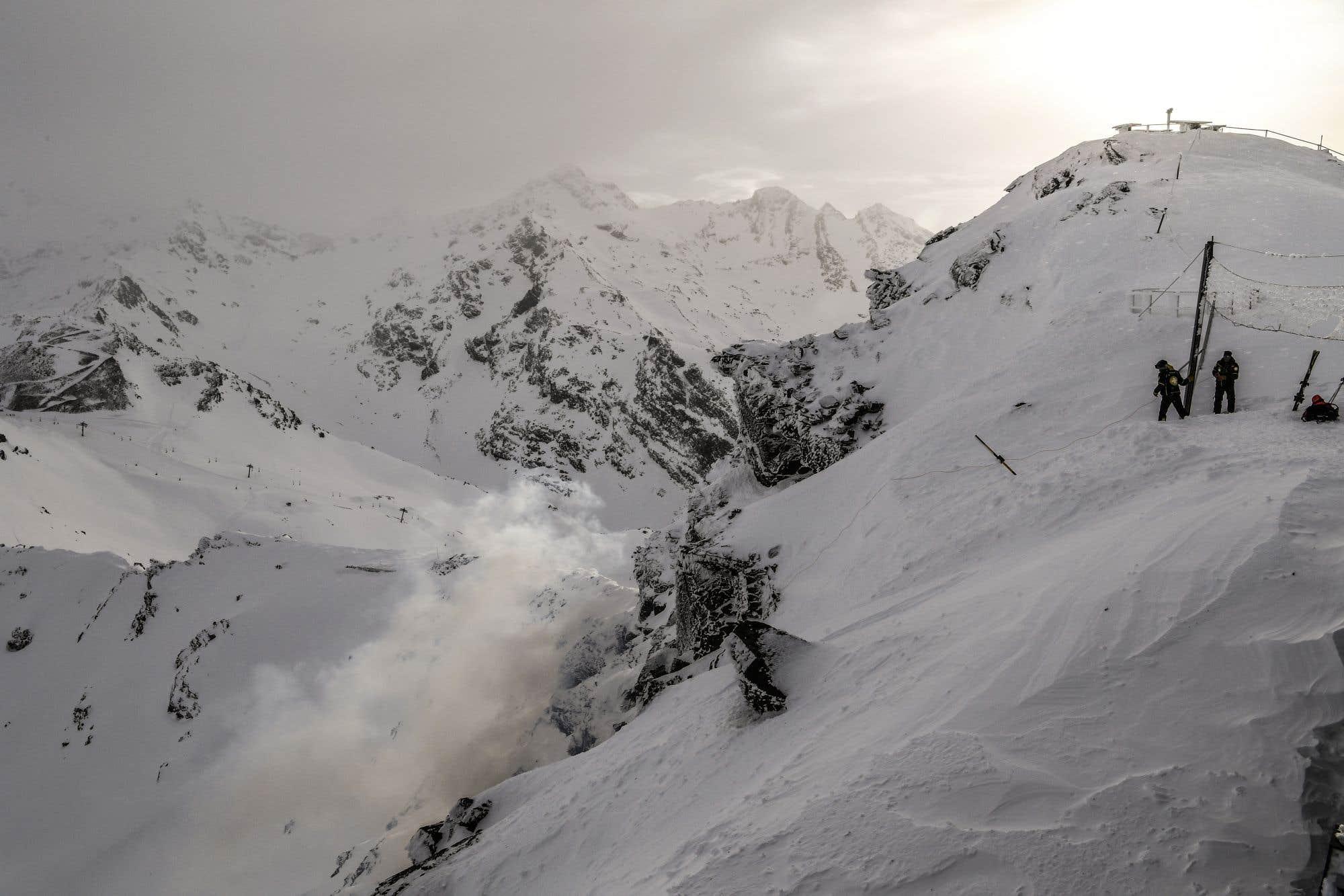 Les membres de la patrouille de ski et des dynamiteurs font exploser un bâton de dynamite de 2,5 kg dans le cadre de l'entretien des avalanches, dans les Alpes françaises, après d'importantes chutes de neige. En Suisse, la neige et les avalanches ont piégé plus de 13 000 touristes à Zermatt. La neige a également bloqué toutes les routes et le train menant à la station.
