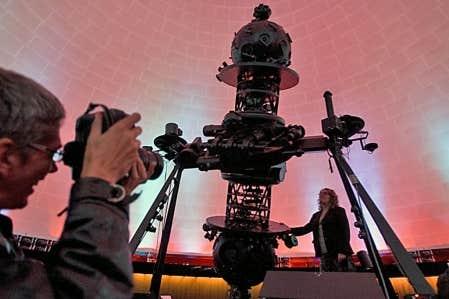 Sur la photo, le projecteur Zeiss, qui recrée la voûte étoilée à chaque représentation, depuis 45 ans.