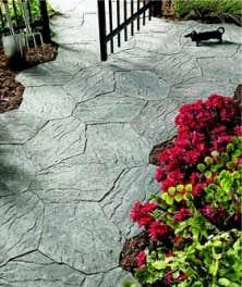 Les grands centres de rénovation proposent par exemple des dalles plates Portage, qui imitent la pierre taillée, s'emboîtent à la manière d'un puzzle et que les moins bricoleurs d'entre nous pourront poser en une journée.