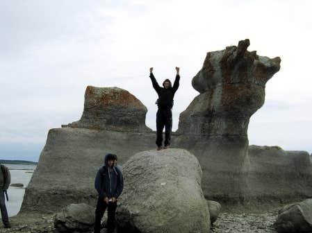 Des &eacute;l&egrave;ves du Coll&egrave;ge Stanislas photographi&eacute;s par une des leurs pr&egrave;s d&rsquo;un monolithe spectaculaire de l&rsquo;&icirc;le Quarry, dans l&rsquo;archipel de Mingan, sur la C&ocirc;te-Nord.<br />