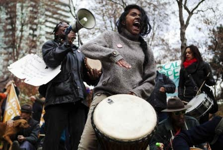 Des indign&eacute;s d&rsquo;Occupy Toronto en novembre dernier. Une invitation a &eacute;t&eacute; lanc&eacute;e mercredi dernier sur le site InterOccupy et la conf&eacute;rence t&eacute;l&eacute;phonique avait un objectif clair: rassembler ces forces cr&eacute;atrices dans l&rsquo;espoir de cr&eacute;er une autre lame de fond qui, cette fois, pourrait faire passer l&rsquo;indignation des derniers mois, et surtout ses fondamentaux, dans le champ de l&rsquo;art et de la culture. <br />