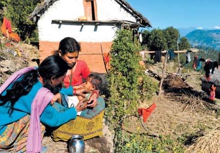 Le 26 novembre 2011, une infirmi&egrave;re n&eacute;palaise examine un enfant de 2 ans qui souffre de malnutrition dans la ville de Mangalsen, situ&eacute;e &agrave; environ 800 km &agrave; l&rsquo;ouest de Katmandou au N&eacute;pal.<br />