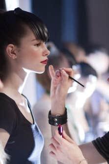 S&eacute;ance de maquillage au March&eacute; Bonsecours du Vieux-Montr&eacute;al, hier, lors de l&rsquo;ouverture de la 22e &eacute;dition de la Semaine de mode de Montr&eacute;al.<br />