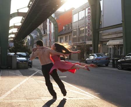 Wenders nous dit: &laquo;Est-ce que votre langage est assez vaste pour embrasser la vie?&raquo; Ici, ivresse et abandon sous les pieds d&rsquo;une danseuse de la troupe de Pina Bausch, film&eacute;e par Wim Wenders.<br />