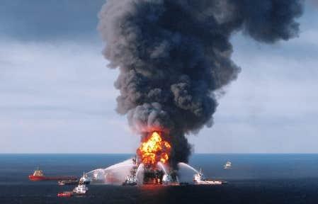 Le 21 avril 2010, les sapeurs de la garde-c&ocirc;te des &Eacute;tats-Unis tentaient d&rsquo;&eacute;teindre le feu sur la plateforme Deepwater Horizon, dans le golfe du Mexique. <br />