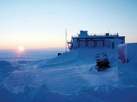 Un p&acirc;le soleil d&rsquo;hiver &eacute;claire la station Eureka sur cette photographie prise lundi par un chercheur. Le laboratoire d&rsquo;Eureka est l&rsquo;installation civile la plus au nord de la plan&egrave;te. <br />